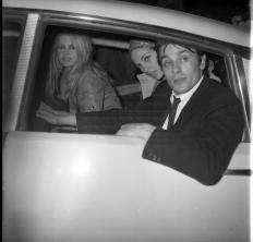 Alain-Delon-Aprile-1967-Arrivo-albergo-Piccolo-Budapest-con-Brigitte-Bardot-e-Natalie-Delon