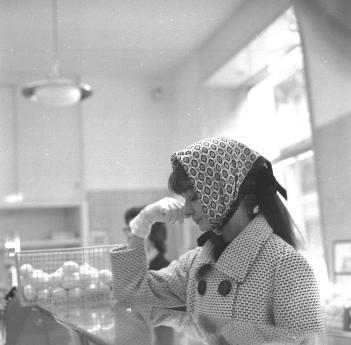 Audrey-Hepburn-Novembre-1961-Centro-a-Roma-fa-la-spesa